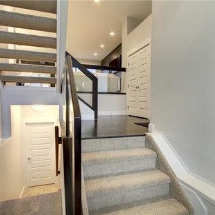 Foto de escalera en L, tradicional renovada, de tamaño medio, con escalones de madera y contrahuellas de vidrio