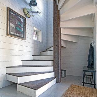 Ispirazione per una scala a chiocciola contemporanea di medie dimensioni con pedata in legno e alzata in legno