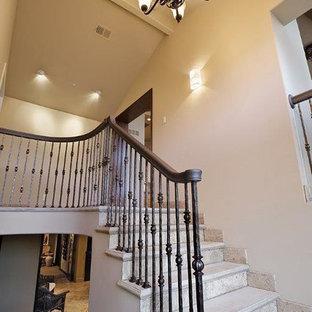 Modelo de escalera en L, de tamaño medio, con escalones de metal y contrahuellas con baldosas y/o azulejos