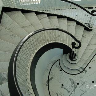 Свежая идея для дизайна: огромная винтовая лестница в классическом стиле - отличное фото интерьера