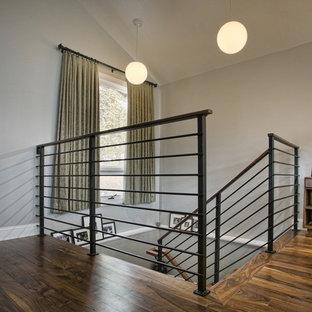 Foto de escalera en U, de estilo americano, de tamaño medio, con escalones de madera y barandilla de metal