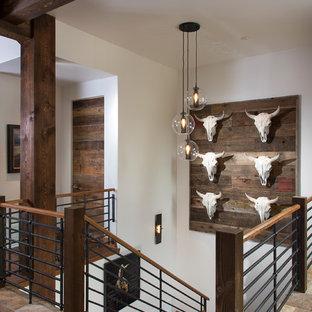 """Ispirazione per una scala a """"U"""" rustica con pedata in legno, alzata in legno e parapetto in materiali misti"""