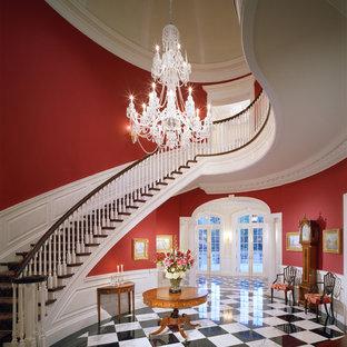 Idées déco pour un très grand escalier courbe classique.