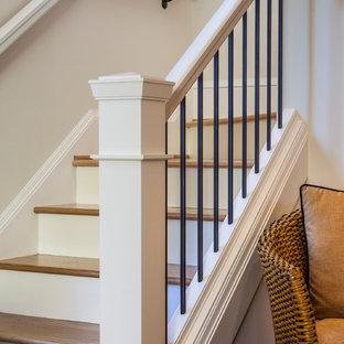 Ejemplo de escalera en L, de estilo americano, pequeña, con escalones de madera y contrahuellas de madera