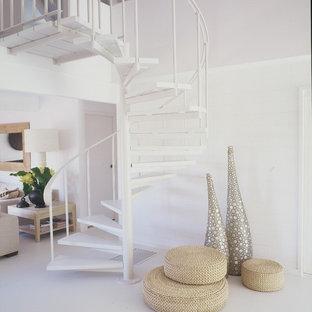 Ispirazione per una piccola scala a chiocciola minimalista con pedata acrillica e nessuna alzata