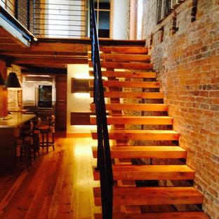 Modelo de escalera recta, de estilo de casa de campo, de tamaño medio, con escalones de madera y contrahuellas de madera
