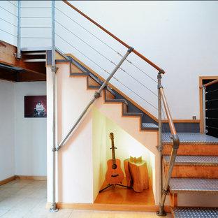 Foto de escalera en L, industrial, con escalones de metal y contrahuellas de madera