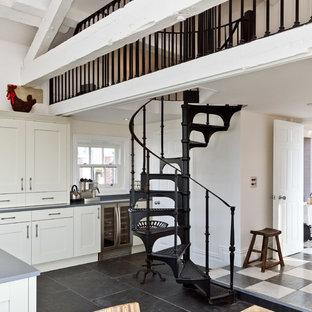 Imagen de escalera de caracol, campestre, con escalones de metal