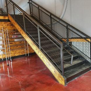 Immagine di una scala a rampa dritta industriale di medie dimensioni con pedata in metallo, alzata in metallo e parapetto in metallo