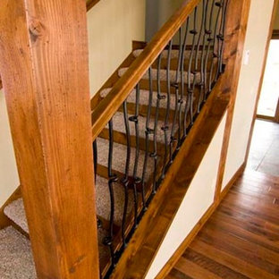 Modelo de escalera recta, grande, con contrahuellas con baldosas y/o azulejos y escalones enmoquetados