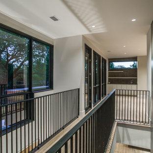 Foto på en mellanstor funkis rak trappa i trä, med öppna sättsteg och räcke i metall