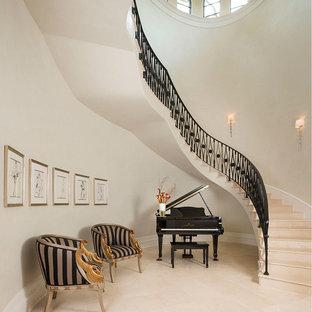 Idéer för att renovera en mycket stor medelhavsstil svängd trappa i kalk, med räcke i metall och sättsteg i kalk
