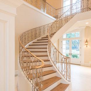 Imagen de escalera suspendida, mediterránea, grande, con escalones de madera, contrahuellas de madera pintada y barandilla de metal