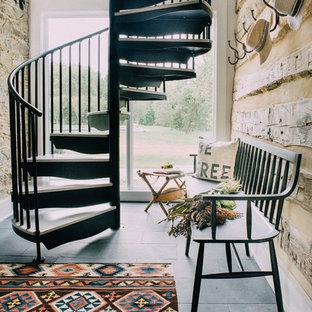 Неиссякаемый источник вдохновения для домашнего уюта: винтовая лестница в стиле кантри с металлическими перилами без подступенок