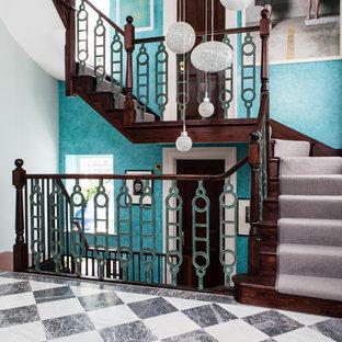 ロンドンの木のトラディショナルスタイルのおしゃれな階段 (木の蹴込み板) の写真
