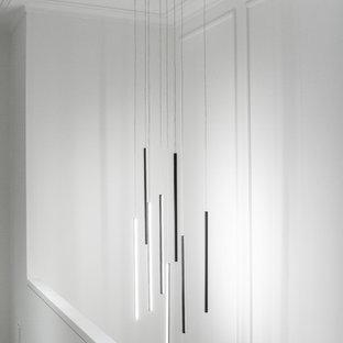 Ejemplo de escalera recta y panelado, clásica renovada, de tamaño medio, con escalones de madera, contrahuellas de madera, barandilla de varios materiales y panelado