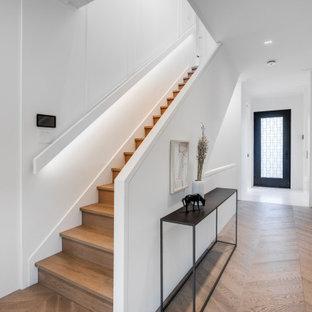 Diseño de escalera recta y panelado, clásica renovada, de tamaño medio, con escalones de madera, contrahuellas de madera, barandilla de varios materiales y panelado