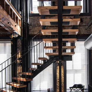 シカゴの木のエクレクティックスタイルのおしゃれな階段 (金属の手すり) の写真