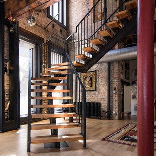 Modelo de escalera suspendida, ecléctica, sin contrahuella, con escalones de madera y barandilla de metal