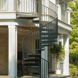 シンシナティの大きい金属製のトラディショナルスタイルのおしゃれな階段の写真
