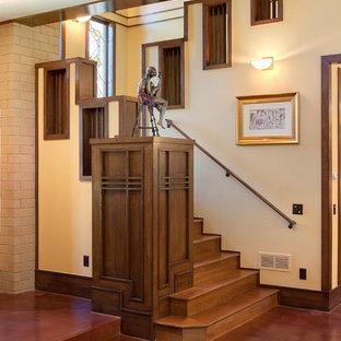 Imagen de escalera de estilo americano con escalones de madera y contrahuellas de madera