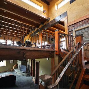 カルガリーの中サイズの木のサンタフェスタイルのおしゃれな階段 (金属の手すり) の写真