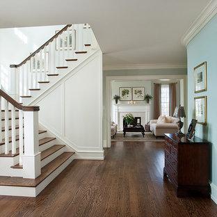 Imagen de escalera en U, tradicional, con escalones de madera, contrahuellas de madera pintada y barandilla de madera