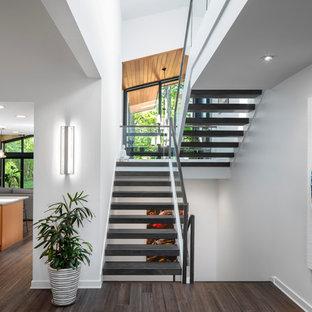 Moderne Treppe in U-Form mit offenen Setzstufen und Glasgeländer in Chicago