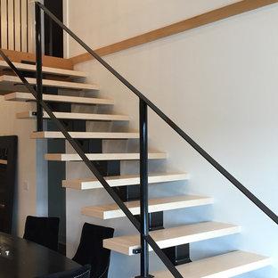 Diseño de escalera recta, contemporánea, de tamaño medio, sin contrahuella, con escalones de acrílico