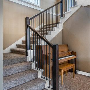 Ejemplo de escalera en U, de estilo americano, pequeña, con escalones enmoquetados y contrahuellas enmoquetadas