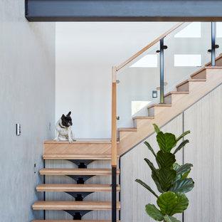 Diseño de escalera en L, actual, sin contrahuella, con escalones de madera y barandilla de varios materiales
