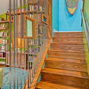 サンディエゴの木のコンテンポラリースタイルのおしゃれな折り返し階段 (木の蹴込み板) の写真