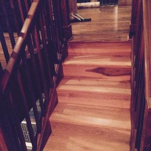 Imagen de escalera recta, de estilo americano, pequeña, con escalones de madera, contrahuellas de madera y barandilla de madera