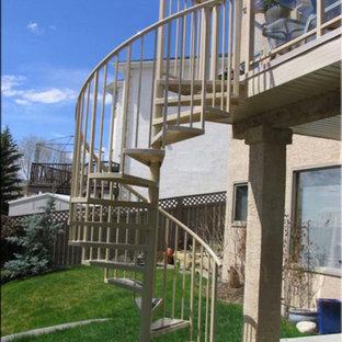 カルガリーの中サイズのトランジショナルスタイルのおしゃれならせん階段の写真
