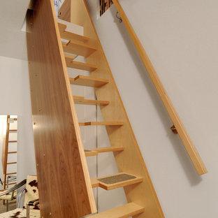 Esempio di una scala a rampa dritta contemporanea con pedata in legno