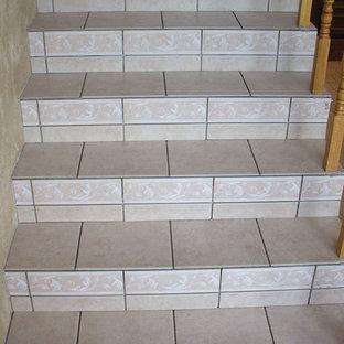 オクラホマシティの広いタイルのモダンスタイルのおしゃれな直階段 (タイルの蹴込み板) の写真
