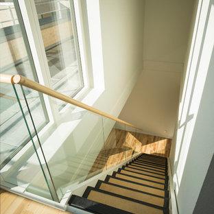 ウィルトシャーの北欧スタイルのおしゃれな階段の写真
