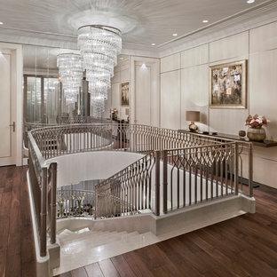 Новый формат декора квартиры: изогнутая лестница в стиле современная классика с металлическими перилами