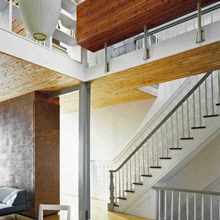 ニューヨークの広い木のコンテンポラリースタイルのおしゃれな直階段 (木の蹴込み板) の写真