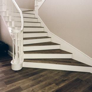 """Idee per una scala a """"U"""" classica di medie dimensioni con pedata acrillica, alzata in legno e parapetto in legno"""