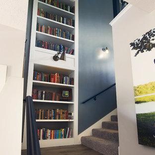 Modelo de escalera en L, rústica, de tamaño medio, con escalones de madera pintada, contrahuellas de madera y barandilla de metal