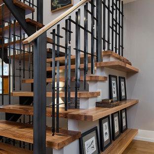 Imagen de escalera en U, de estilo americano, pequeña, sin contrahuella, con escalones de madera y barandilla de metal