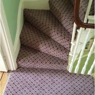 Неиссякаемый источник вдохновения для домашнего уюта: п-образная лестница среднего размера в стиле современная классика с ступенями с ковровым покрытием, ковровыми подступенками и деревянными перилами