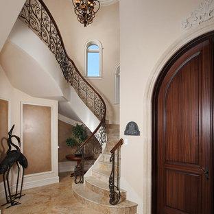 マイアミのトラディショナルスタイルのおしゃれならせん階段の写真