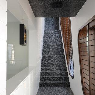 Esempio di una scala a rampa dritta design di medie dimensioni con pedata piastrellata e alzata piastrellata