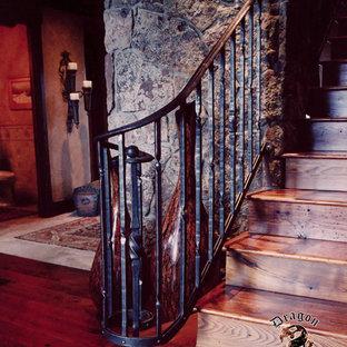 Foto de escalera recta, de estilo americano, pequeña, con escalones de madera