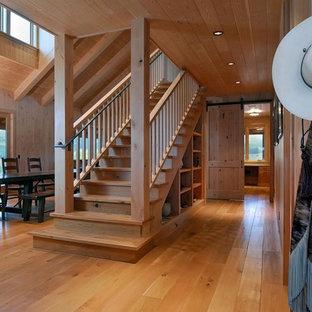 Ejemplo de escalera recta, rústica, con escalones de madera, contrahuellas de madera y barandilla de madera