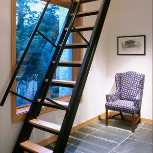 Foto de escalera recta, actual, sin contrahuella, con escalones de madera y barandilla de metal