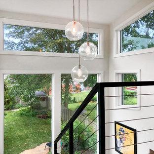 ワシントンD.C.の大きい木のトランジショナルスタイルのおしゃれな階段 (金属の手すり) の写真