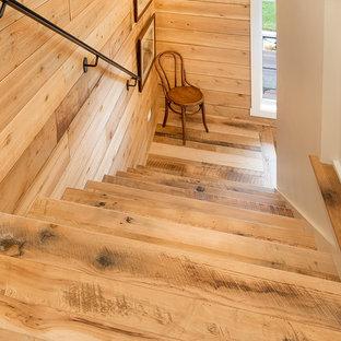 """Ispirazione per una scala a """"L"""" country di medie dimensioni con pedata in legno e alzata in legno"""